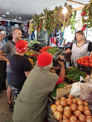 In der Markthalle von Borjomi: Interview mit der Gemüseverkäuferin