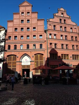 Fährstraße mit Restaurant Zum Scheele und Kontor Kaffeerösterei Scheele