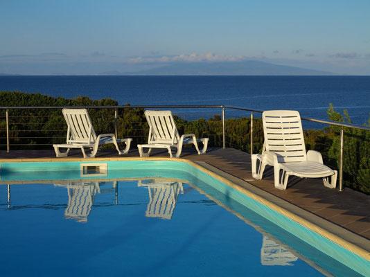Swimmingpool der Ferienanlage Cantinho das Buganvilias, im Hintergrund die Insel Faial