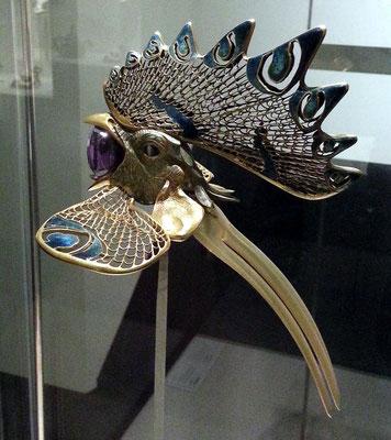 Museu Calouste Gulbenkian; Cockerel diadem, Frankreich ca. 1897-98; gold, enamel, horn and amethyst