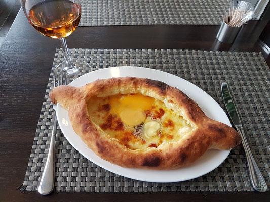 """""""Chatschpuri"""", eine Käsepizza mit rohem Ei, ein kalorienreiches Gericht"""
