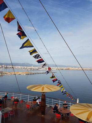 Blick auf den Außenbereich des Bella-Donna-Restaurants, im Hintergrund Hafen und Stadt Palma de Mallorca