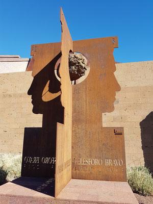 Denkmal Telesforo Bravo, 1913 - 2013. Das Denkmal in Form einer Skulptur vor dem Eingang des Besucherzentrums erinnert an das Lebenswerk des Naturforschers, Ehrenbürgers und Geologen Telesforo Bravo.
