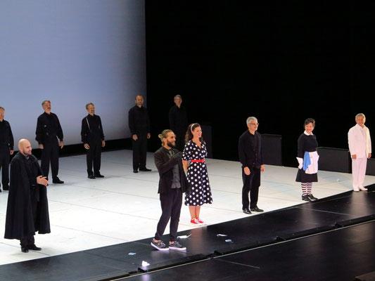 Applaus nach der Vorführung, rechts im weißen Anzug: Volker Zack Michalowski