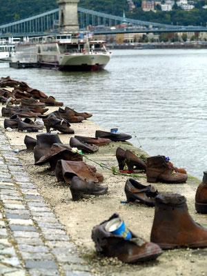 Schuhe am Donauufer (Cipők a Duna-parton) ist ein Mahnmal in Budapest, das von Gyula Pauer und Can Togay zur Erinnerung an die Pogrome an Juden durch Pfeilkreuzler im Ungarn während des Zweiten Weltkriegs gestaltet wurde.