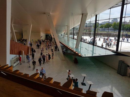 Blick in das Foyer des Opernhauses
