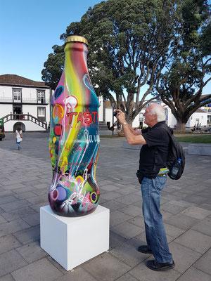 """Ribeira Grande, Skulptur von Miguel """"RAM"""" Caeiro (geb. 1976), 40 Jahre Coca Cola in Portugal (seit 1977)"""
