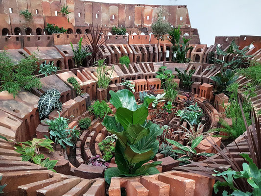 Huang Yong Ping (geb. 1954): Colosseum, 2007. Ceramic, soil and plants, 226 x 556 x 758cm