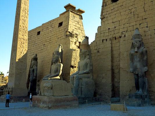 Pylon des Luxor-Tempels mit Figuren von Ramses II. und dem erhaltenen Obelisken.