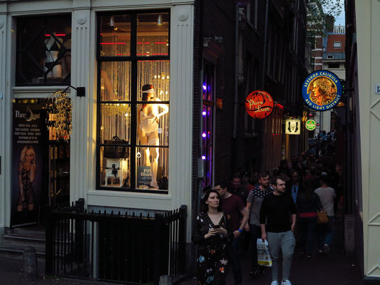 Erotic-Shop an der Sint Jansbrug. Blick in den Stoofsteeg