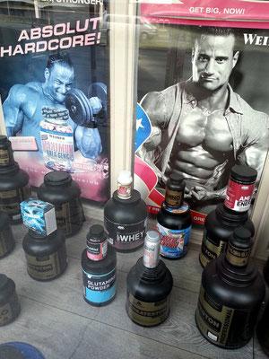 Shop in der Lassallestraße für Sportler, die Kraft- oder Ausdauertraining betreiben (L-Glutamin Powder, Createston)