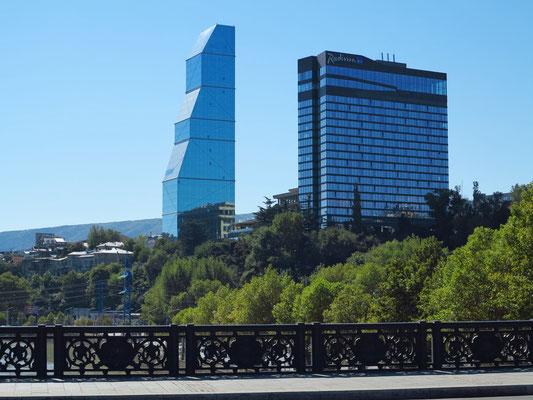 Moderne Architektur: Hochhaus The Biltmore Hotel Tbilisi (links) und Hotel Radisson Blue Iveria