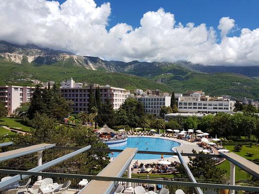 Blick vom 4. Stock auf den Swimmingpool, dahinter der Block Grand des Hotels Iberostar