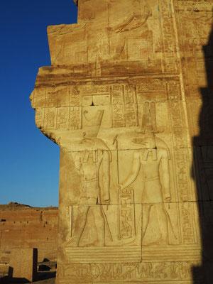 Die Tempelherren in Kom Ombo, 'Haroeris' (Lokalgottheit) und der krokodilköpfige Gott Sobek (rechts)