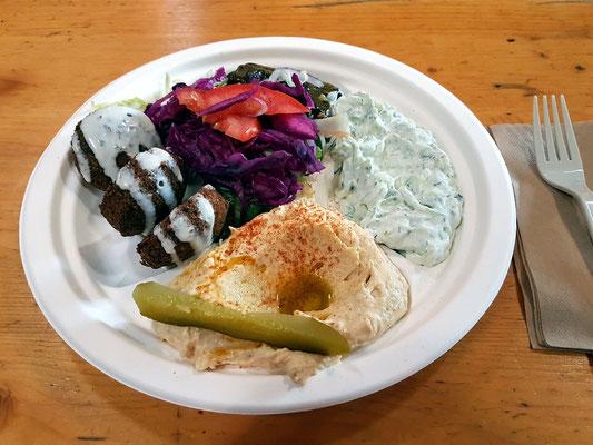Türkische Spezialität: Falafel, Humus, Tzatziki, Salat