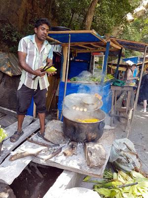 Straßenküche mit gekochten Maiskolben
