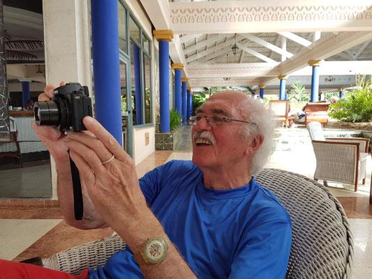 Bernd begutachtet die Bilder seiner neuen Kamera (Canon Powershot G5 X)