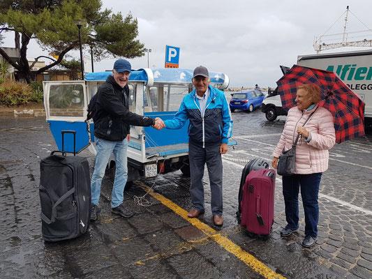 ...und fährt uns zum Hafen Marina Grande