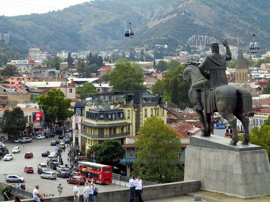 Statue von König Vakhtang Gorgasali und Blick auf die Unterstadt