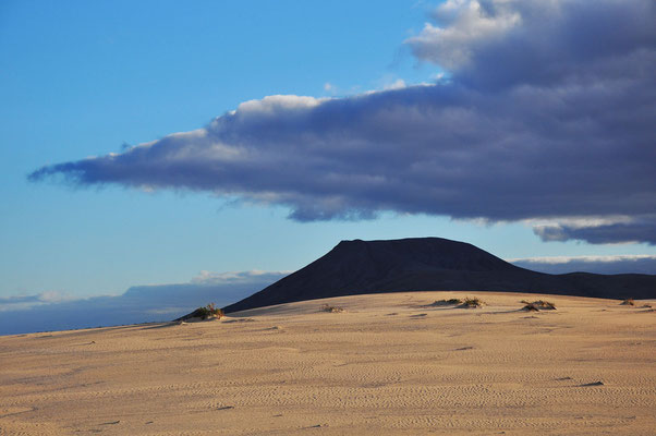 Parque Natural de Corralejo mit Blick nach S zur Montaña Roja