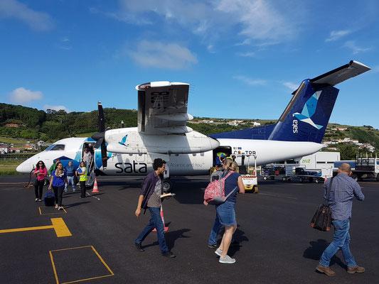 Nach der Landung auf dem Flughafen Santa Cruz das Flores