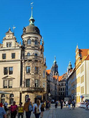Blick in die Schlossstraße mit Residenzschloss (links)
