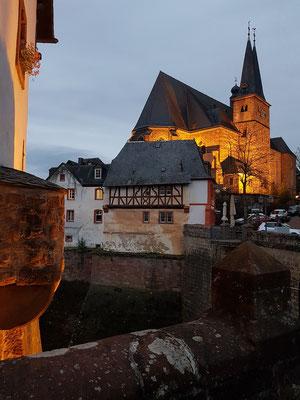 Saarburg, beleuchtete Pfarrkirche St. Laurentius