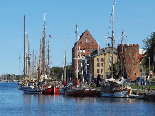 Museumshafen, Heimathafen von über 50 historischen Schiffen. Der Fangenturm (rechts) ist Teil der mittelalterlichen Befestigungsanlage, heute Büro des Hafenmeisters