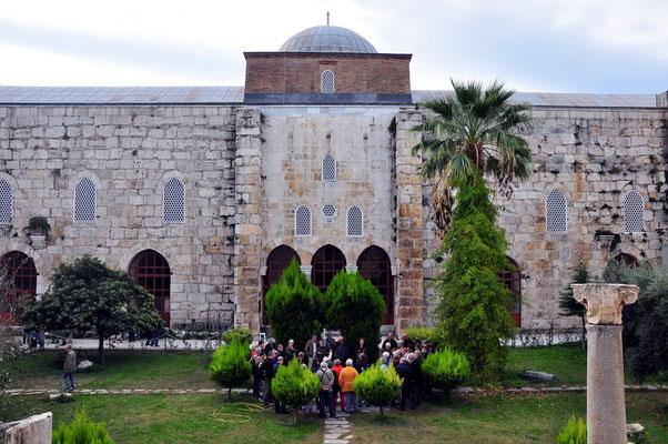 Isabey-Moschee, 1375, Innenhof mit Brunnen und Eingang zum Gebetsraum