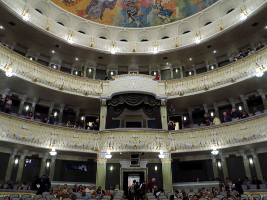 Bolshoi-Theater, New Stage, Blick von der Bühne in den Zuschauerraum mit Rängen und Loge