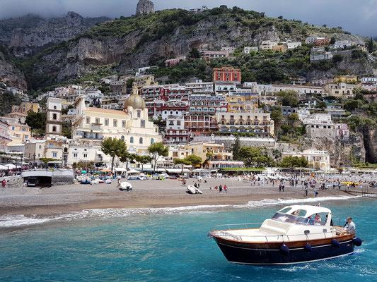 Abfahrt von Positano, mit Blick auf den Strand, die Chiesa di Santa Maria Assunta und den Ort Positano