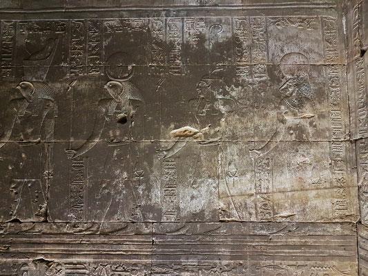 Von links nach rechts: Gott Horus, Gott Re-Harachte, Gott Schu (Gott der Luft, des Sonnenlichts) und löwenköpfige Göttin Sechmet (Sachmet), Göttin des Krieges und Schutz vor Krankheiten