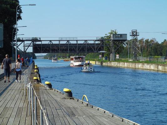 """Ausfahrt der Schiffe """"Eberswalde"""" und """"Klabautermann"""" auf dem oberen Niveau in den Oder-Havel-Kanal"""
