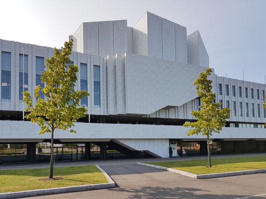 Finlandia-Halle, 1971 nach einem Entwurf vom Architekten und Städteplaner Alvar Aalto fertiggestellt