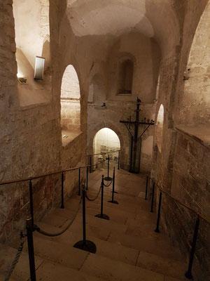 Vom Portikus führen 86 Stufen durch einen künstlichen Grottengang (13. Jh.) hinab zur Grotte des Erzengels Michael.