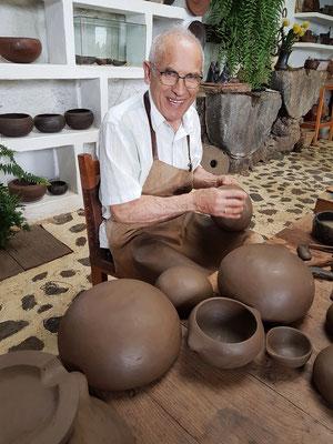 Don Ramón in seiner Keramikwerkstatt. Er lebt und arbeitet hier seit 1975. Seine Spezialität ist die Herstellung von Keramik nach dem Vorbild der Ureinwohner.