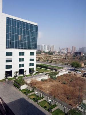 Blick am Morgen aus dem Hotel Lemon Tree. Der Bauboom im Umland von Delhi ist unaufhaltsam.