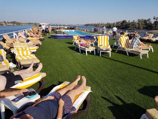 Auf dem Sonnendeck mit Swimmingpool