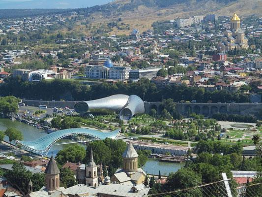 Blick von der Nariqala-Festung auf Tbilisi, mit Sioni-Kathedrale, Friedensbrücke, Konzert- und Ausstellungshalle im Rike-Park, Präsidentenpalast und Sameba-Kathedrale