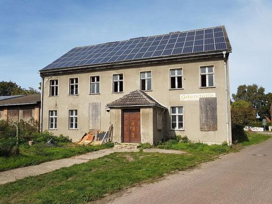 Altes Haus in Krien, ehemals Gaststätte, heute mit Sonnenkollektoren auf dem Dach