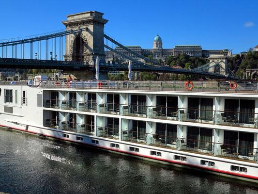 Donau-Kreuzfahrtschiff, Blick zur Kettenbrücke und zum Burgpalast