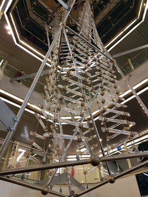 """Das Kristall-Kunstwerk im Atrium der """"Princess Anastasia"""" reicht von Deck 6 bis Deck 9."""