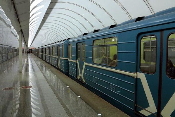 Kurskaja. Die Züge verkehren in der Zeit der Rush Hour im Minutentakt
