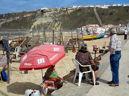 Fischer am Strand von Nazaré
