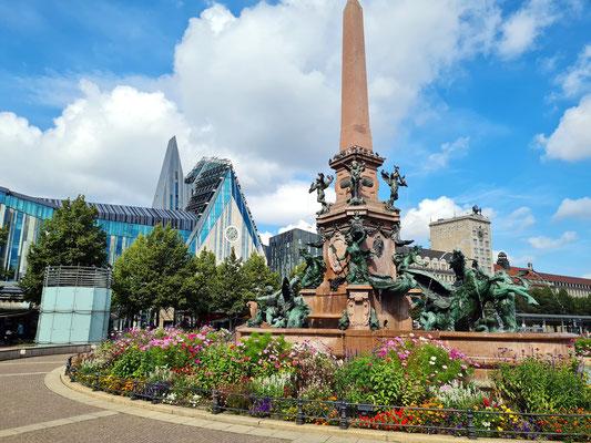 Mendebrunnen auf dem Augustusplatz, dahinter Universität Leipzig