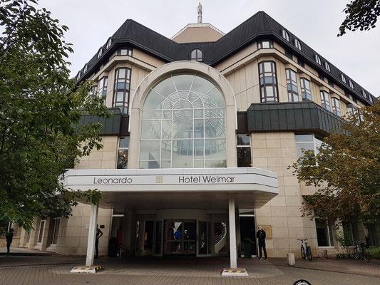 Eingang des Hotels Leonardo. 1992: Eröffnung als Hotel Belvedere, Deutsch Interhotel AG, Übernahme des Hotels durch Hilton International und Umbenennung in Hotel Weimar Hilton, später in Hilton Hotel Weimar. 2007: Übernahme von Hotelkette Leonardo