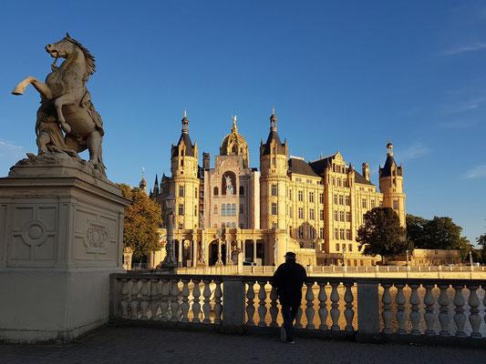 Ein kurzzeitiger Anblick von 10 Minuten auf das Schweriner Schloss bei Sonnenuntergang