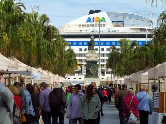 Cádiz, Auf der Plaza de San Juan de Dios mit Blick zum Hafen mit der AIDAmar