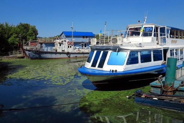 Ausflugsboote am Dnepr