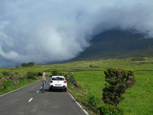 Auf der R3-2 von Madalena ins Hochland, Blick nach Osten auf den wolkenverhangenen Pico